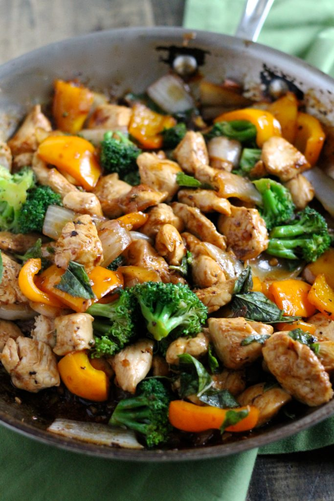 Insanely Delicious Spicy Basil Chicken with Brown Rice l It's healthy, gluten-free, and easy to make on a weeknight! The whole family will love this dish. // www.littlechefbigappetite.com // Healthy Stirfry Recipe, Healthy Stir Fry, Easy Chicken Recipe, Healthy Chicken Stir Fry, Basil Chicken Recipe, Asian Chicken Recipe, Chicken and Broccoli