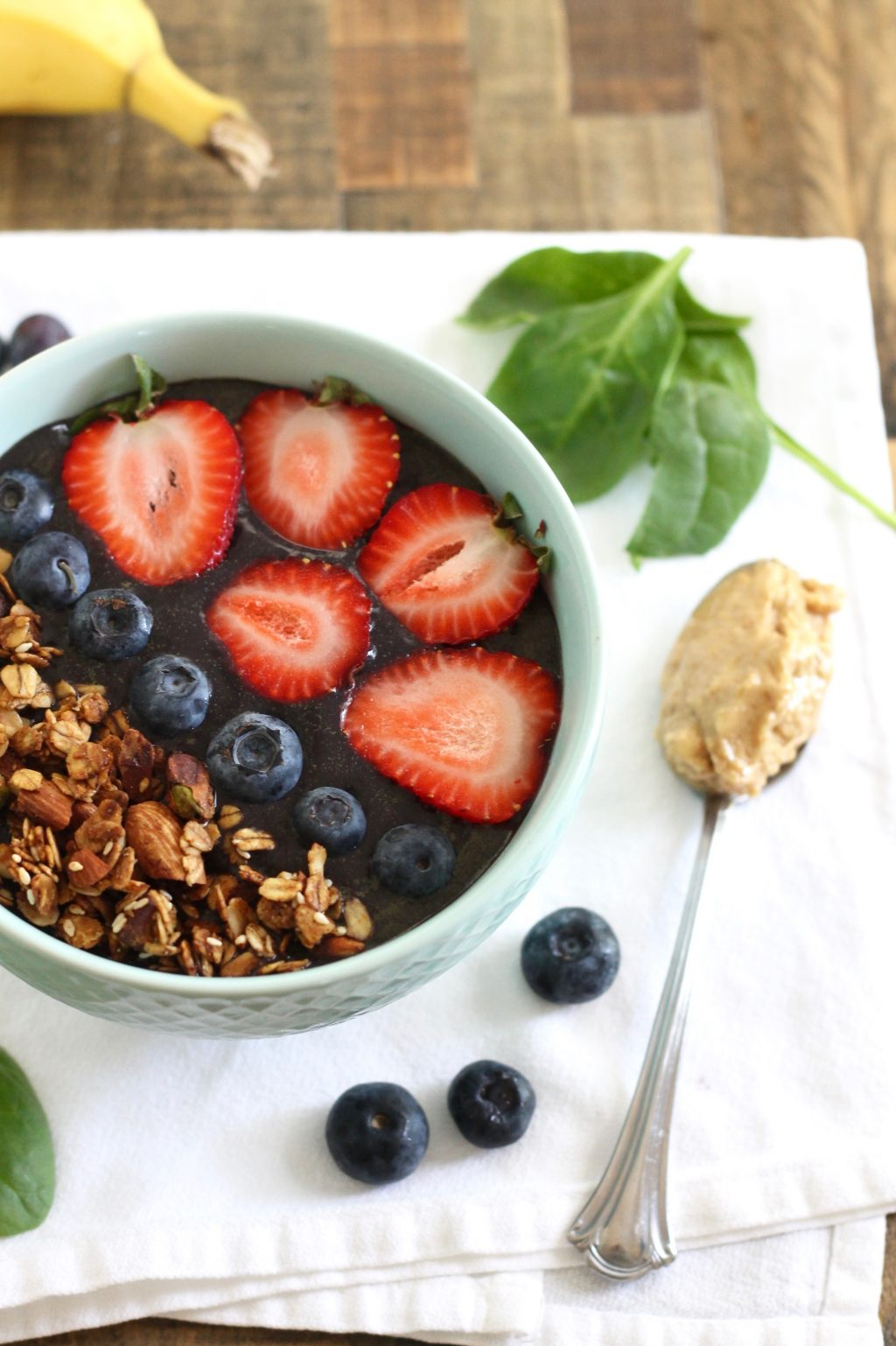 Protein-Packed Acai Bowl with Blueberries and Spinach! This recipe is gluten-free, vegan, and refined sugar-free! Plus, you can make it in under 5 minutes! // www.littlechefbigappetite.com
